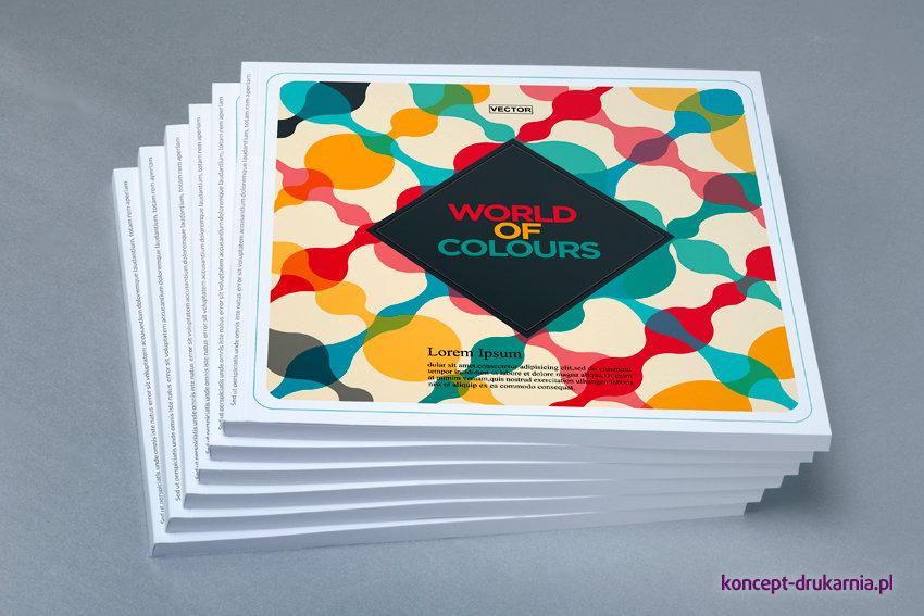 Kwadratowe katalogi klejone wydrukowane w formacie 21 x 21 cm na podłożach kredowych.