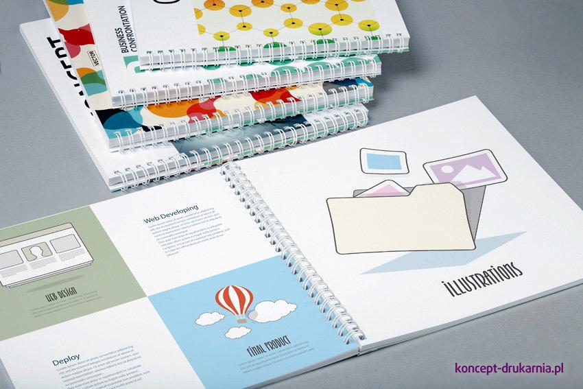 Funkcjonalne broszury w oprawie spiralowanej. Wnętrze wydrukowawne na kredzie matowej 150 g/m2.