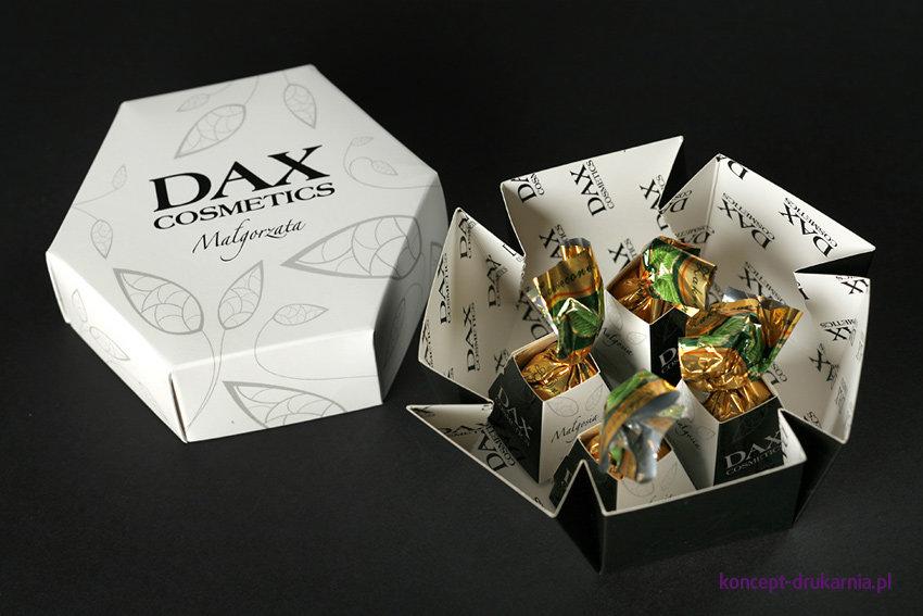 Personalizowane opakowania HEXABOX zawierają cukierki ze specjalną zadrukowaną owijką.