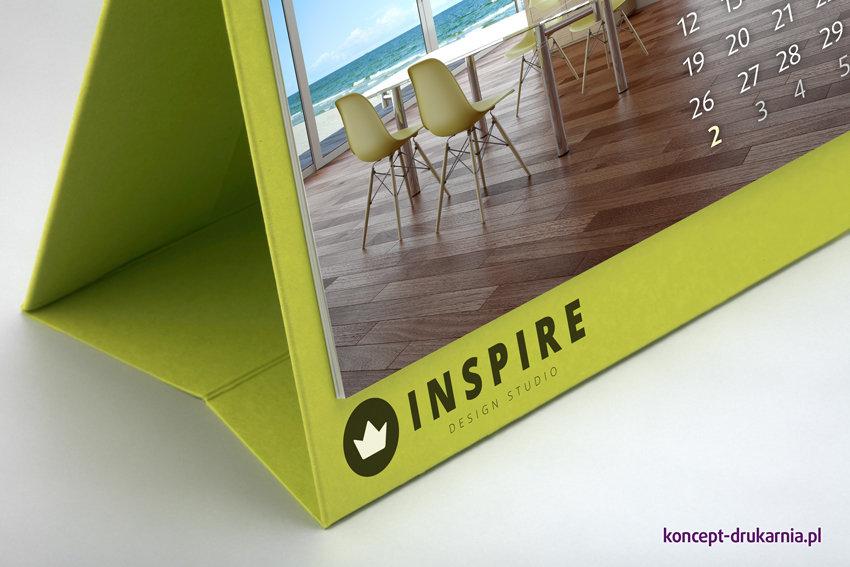 W kalendarzach biurkowych CREATIVE zostosowany jest estetyczny i stabilny sztancowany stojaczek, który można efektownie zadrukować.