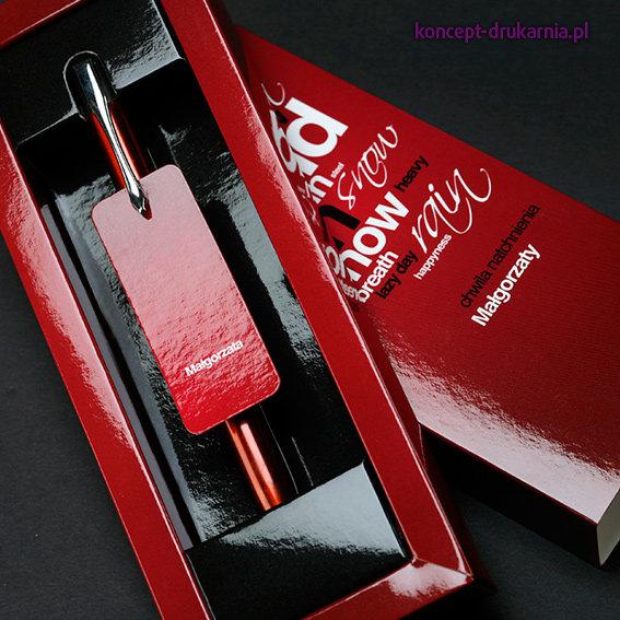Opakowanie na długopis wydrukowane jest na kartonie Arktika 250 g/m2, uszlachetnione folią błyszczącą.