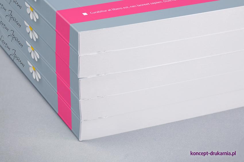 Grzbiet broszur dzięki oprawie klejonej PUR jest wytrzymały i elastyczny.