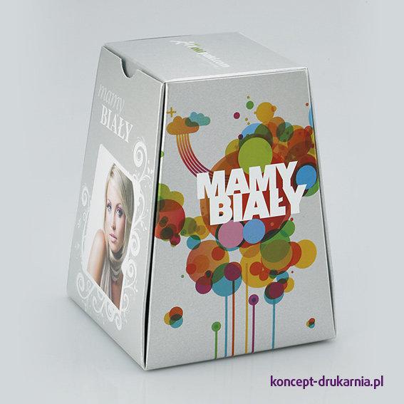 Przykładowe pudełko PIRABOX wydrukowane na srebrnym podłożu ozdobnym, zadrukowane białą farbą.