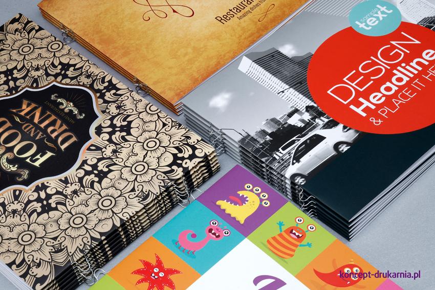 Cztery przykładowe projekty poziomych broszur w formacie A5.