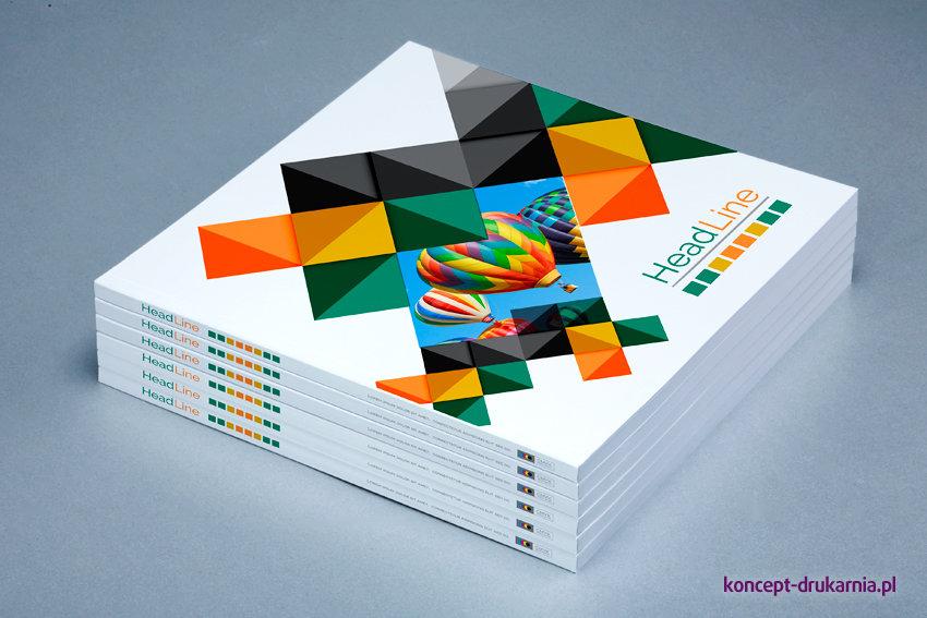Kwadratowe broszury w oprawie klejone wydrukowane w kolorystyce CMYK.