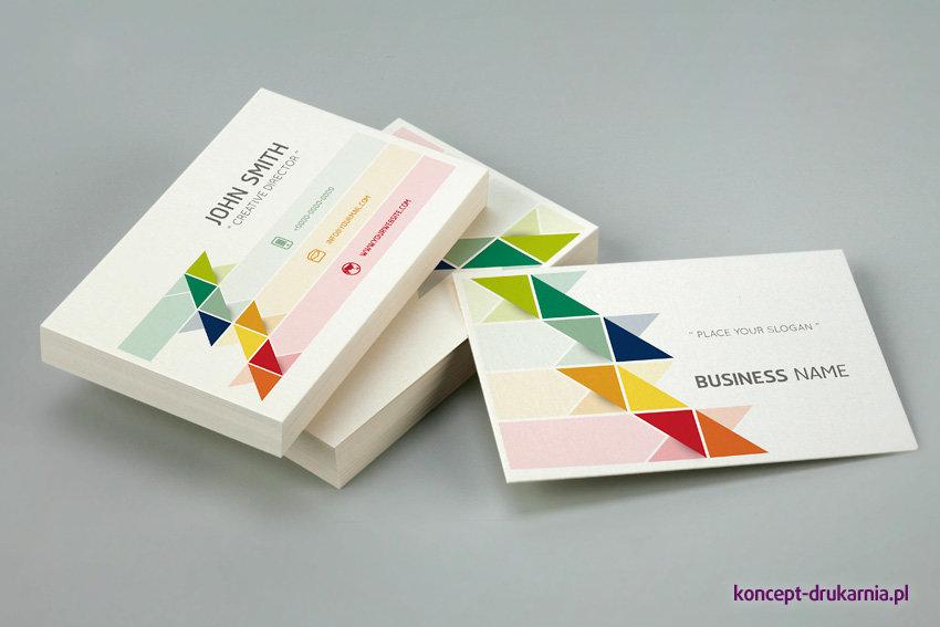 Kolorowe wizytówki wydrukowane na białym kredowym papierze.