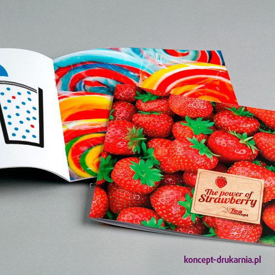Kolorowe broszury wydrukowane na papierach kredowych.