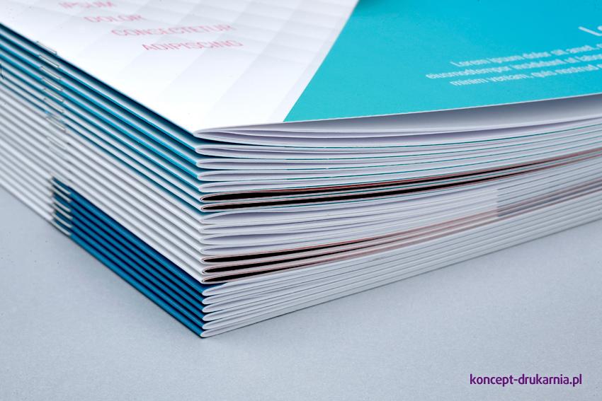 Broszury szyte wydrukowane na papierach kredowych.